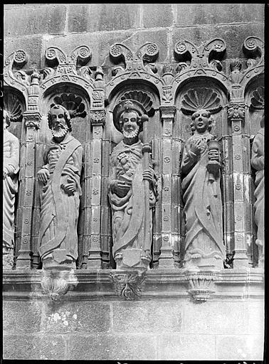 Ancien porche déplacé et servant d'entrée du cimetière : statues d'apôtres