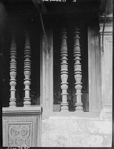 Chapelle : clôture, colonnettes sculptées