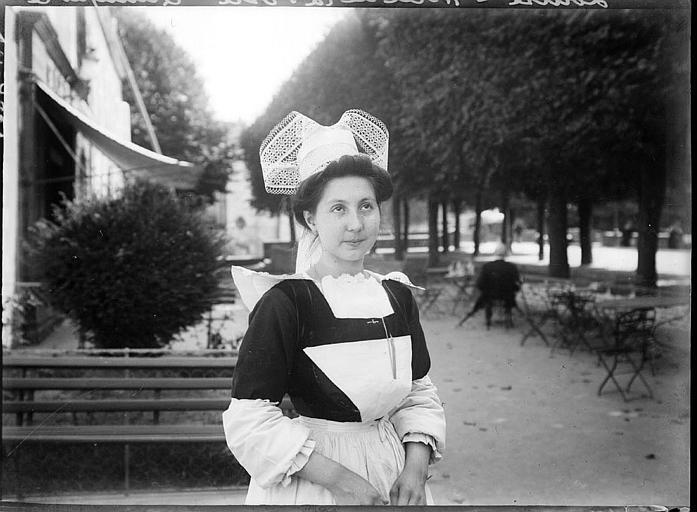 Bretonne en costume traditionnel, à l'Hôtel de la Poste