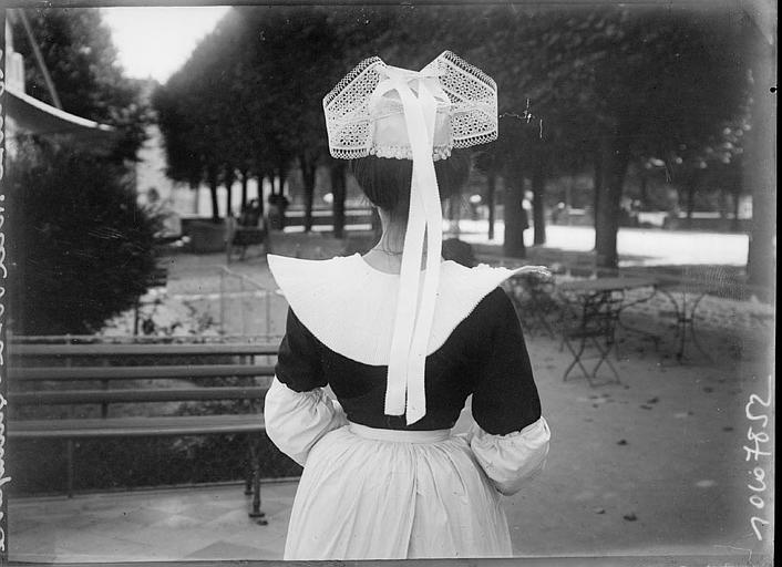 Bretonne en costume traditionnel, vu de dos, à l'Hôtel de la Poste