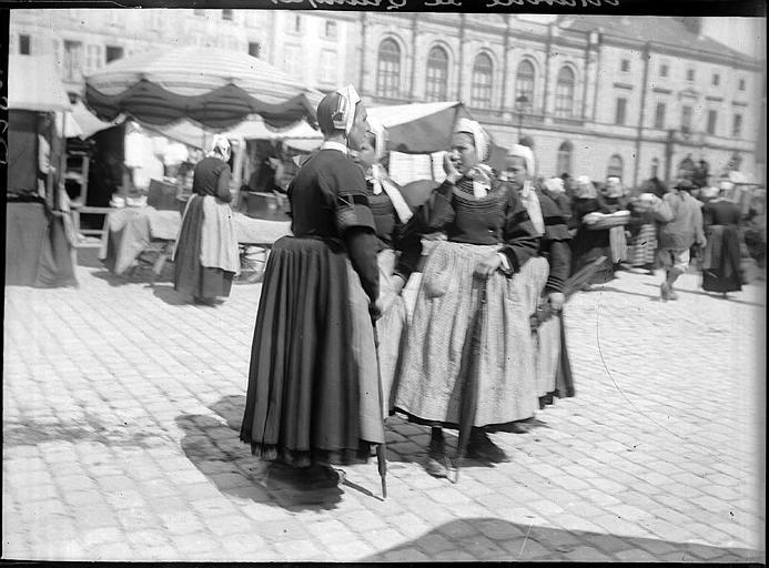 Bretonnes en costume traditionnel sur le marché