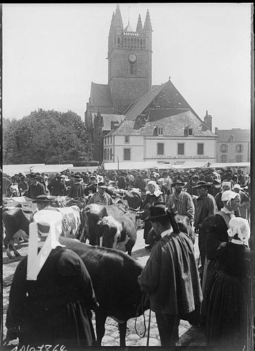 Marché aux bestiaux, bretons en costume traditionnel, clocher de l'église