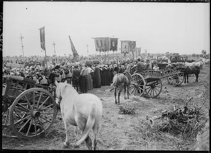 Pardon breton du dernier dimanche d'août : procession des pèlerins en costume traditionnel