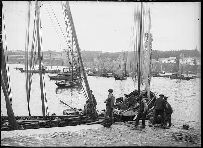 Voiliers dans le port, pêcheurs sur la jetée