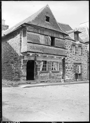 Maison en pierres : façade sur rue