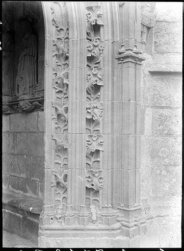Portail : piédroit sculpté et statue