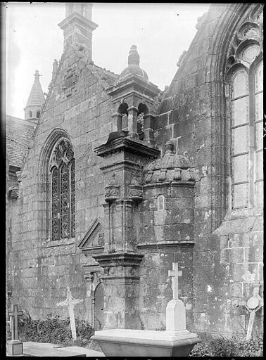 Façade latérale, croix du cimetière
