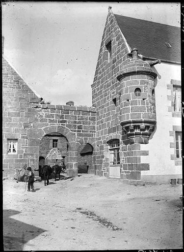 Porche d'entrée, façade en pierres, échauguette