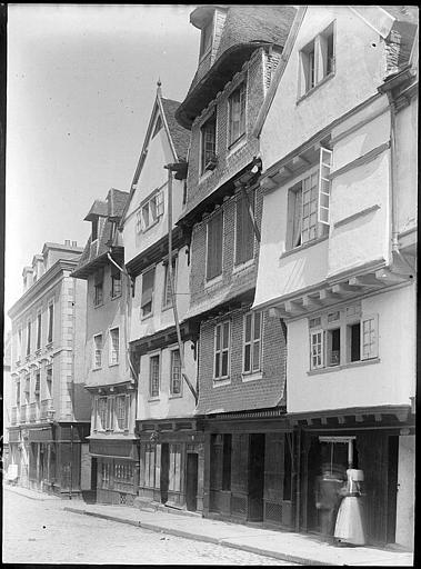 Façades de maisons anciennes sur rue