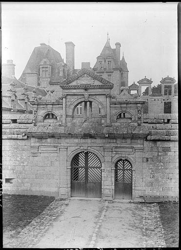 Porche d'entrée, cour d'honneur du château