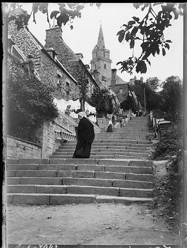 Escalier de la Trinité menant à l'église : bretonnes en costume traditionnel