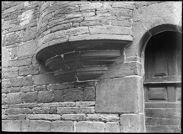 Base d'un encorbellement en pierre, détail de porte
