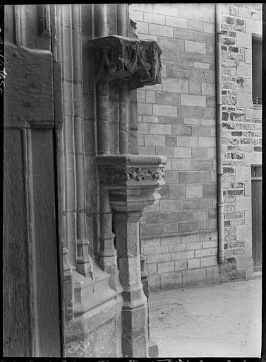 Bénitier extérieur près du portail