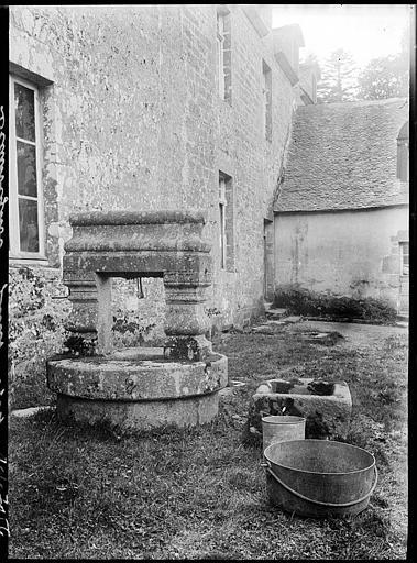 Puits en pierre dans la cour
