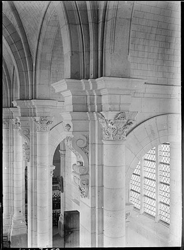 Eglise abbatiale, intérieur : chapiteaux de la nef, décor feuillagé