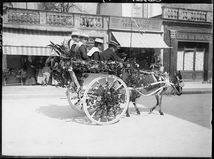Touristes sur un char fleuri dans une rue