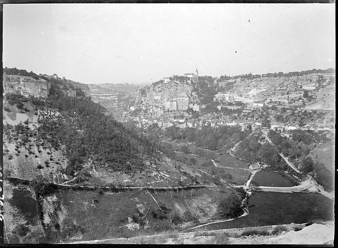 La vallée de l'Alzou, vue éloignée du village
