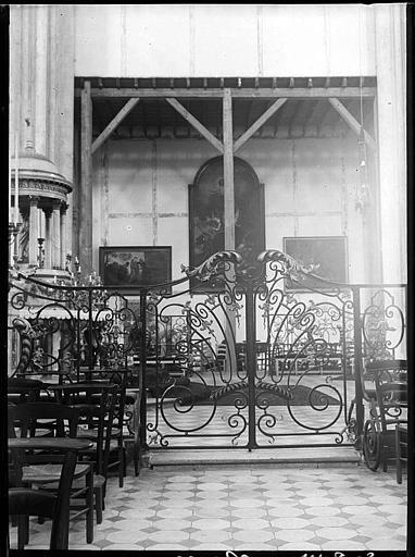 Intérieur : à la croisée du transept, grille côté nord