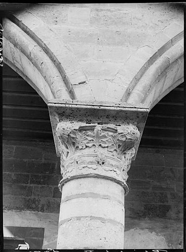 Intérieur : chapiteau du portique aile nord