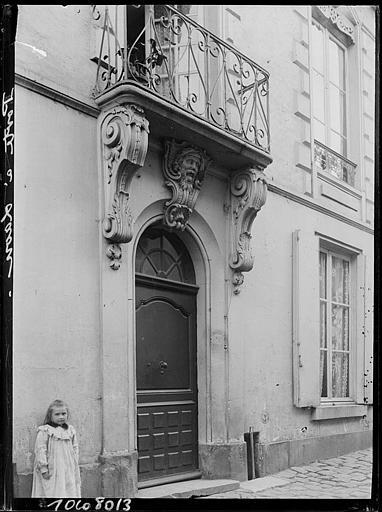 Porte d'entrée sur rue, balcon en fer forgé