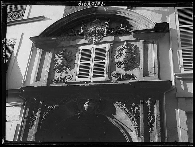 Fenêtre à fronton et sculptures
