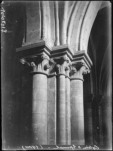 Intérieur : chapiteaux de la nef, volutes