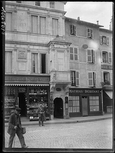 Une rue : devantures de boutiques, passants