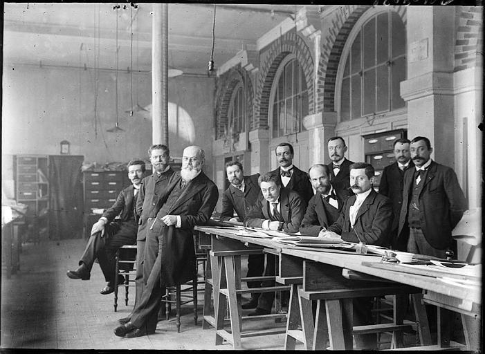 Groupe d'hommes dans un atelier