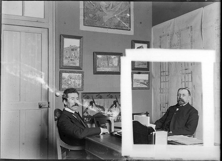 Deux hommes dans un bureau, l'un est recadré par le photographe