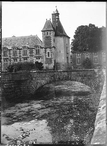 Aile latérale et tour sur jardin, petit pont en pierre