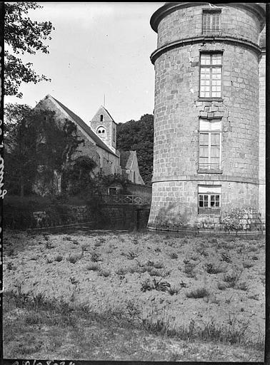 Tour, partie inférieure, église à l'arrière plan