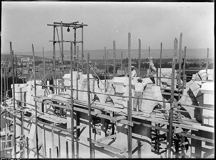 En cours de construction, échafaudages et ouvriers