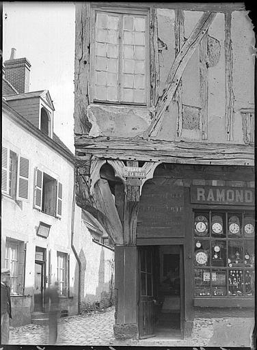 Façades en angle, devanture de boutique et poteau-cornier