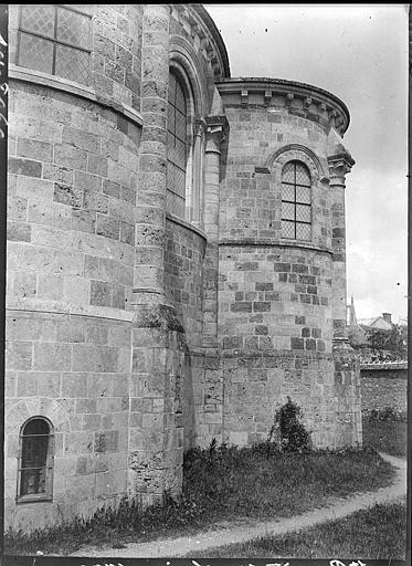 Abside à l'est : chapelle, fenestrage et corniche