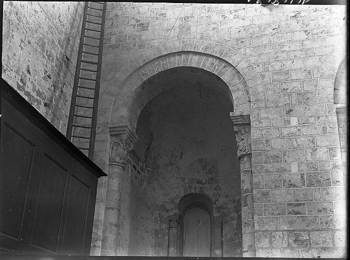 Intérieur : arcades et chapiteaux