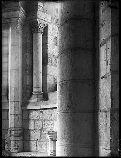 Intérieur : déambulatoire, chapiteaux de colonnettes