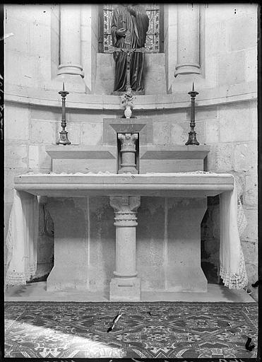 Intérieur : autel d'une chapelle