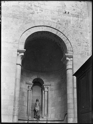 Chapelle absidiale : statue dans une niche