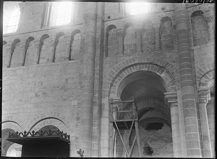Intérieur : arcature des tribunes, arcade du bas-côté