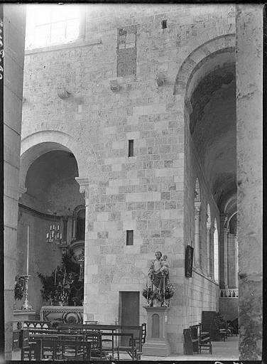 Intérieur : bas-côté et chapelle