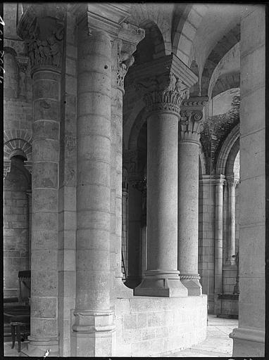 Intérieur : déambulatoire, piliers