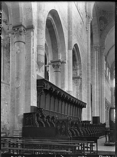 Intérieur : stalles de la nef