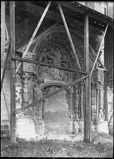 Portail muré de la façade nord en cours de restauration