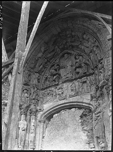 Portail muré de la façade nord en cours de restauration : tympan
