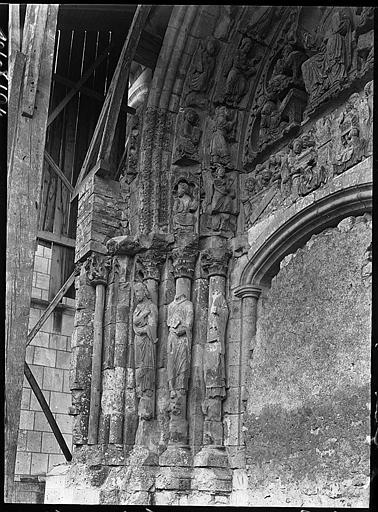 Portail muré de la façade nord en cours de restauration : tympan et voussures