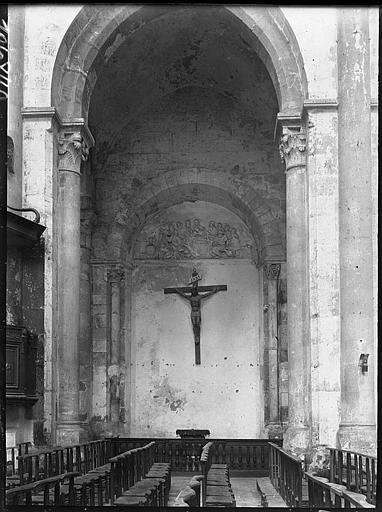 Intérieur : bas-côté, Christ en croix