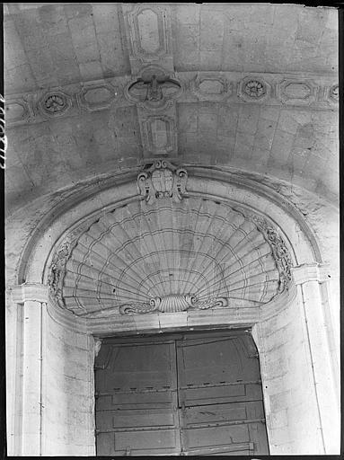 Porte, tympan à décor de coquille