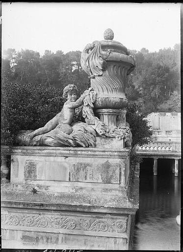Sculpture : vase et angelot