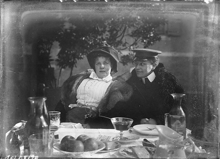 Déjeuner : couple à table