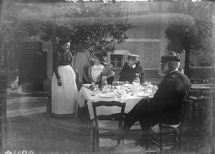 Déjeuner : personnes à table